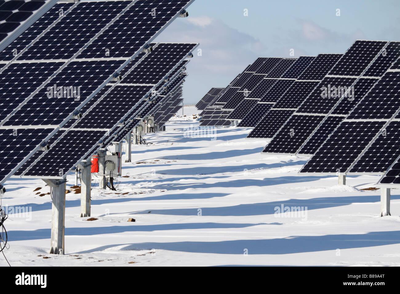 Paneles solares en la nieve en una granja en Alemania. Esto es, en Igensdorf Oberrüsselbach Franken Imagen De Stock
