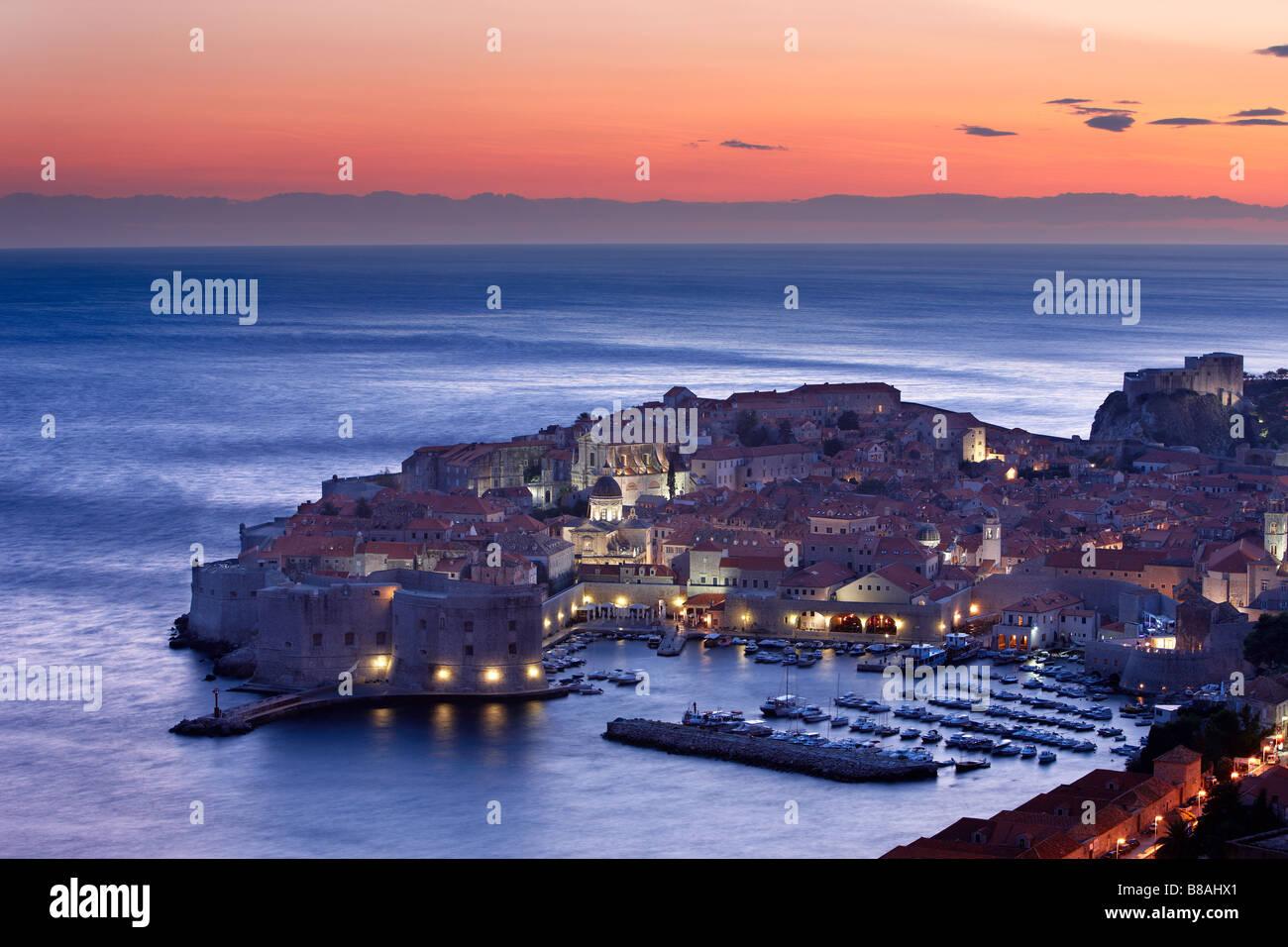 Antiguo puerto de la ciudad de Dalmacia Dubrovnik Croacia atardecer Foto de stock