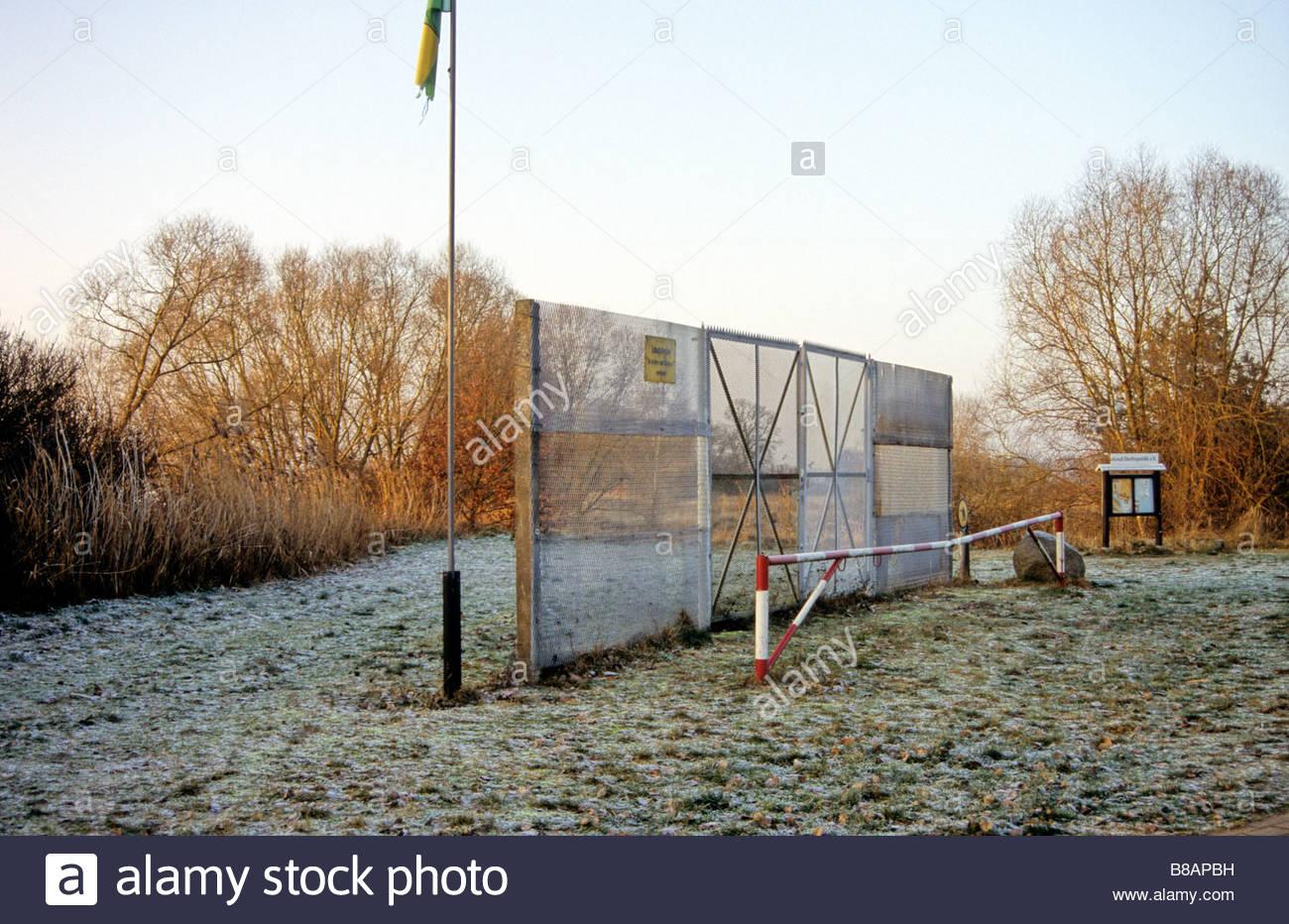Parte de la guerra fría valla fronteriza a lo largo de río Elba Dorfrepublik Rüterberg Alemania Imagen De Stock
