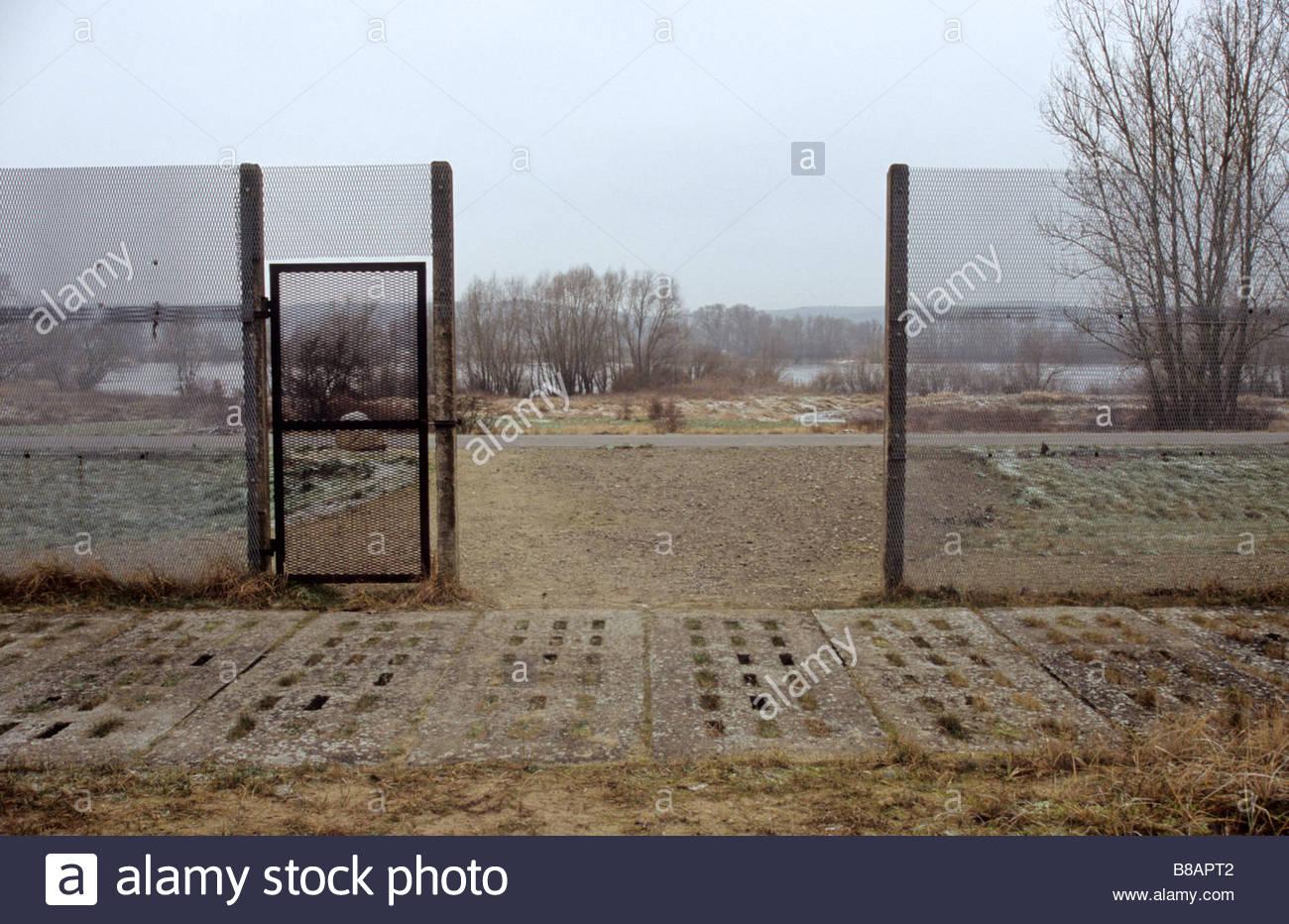 Parte de la guerra fría valla fronteriza a lo largo de río Elba Grenzzaun Wachturm an der Elbe Región Imagen De Stock