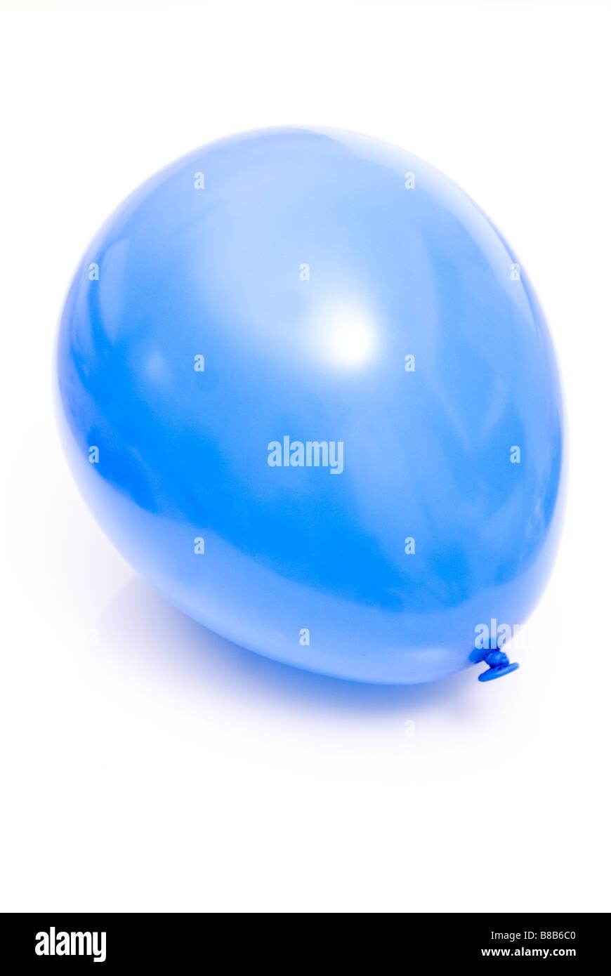 Un recorte de globo azul sobre un fondo blanco. Imagen De Stock