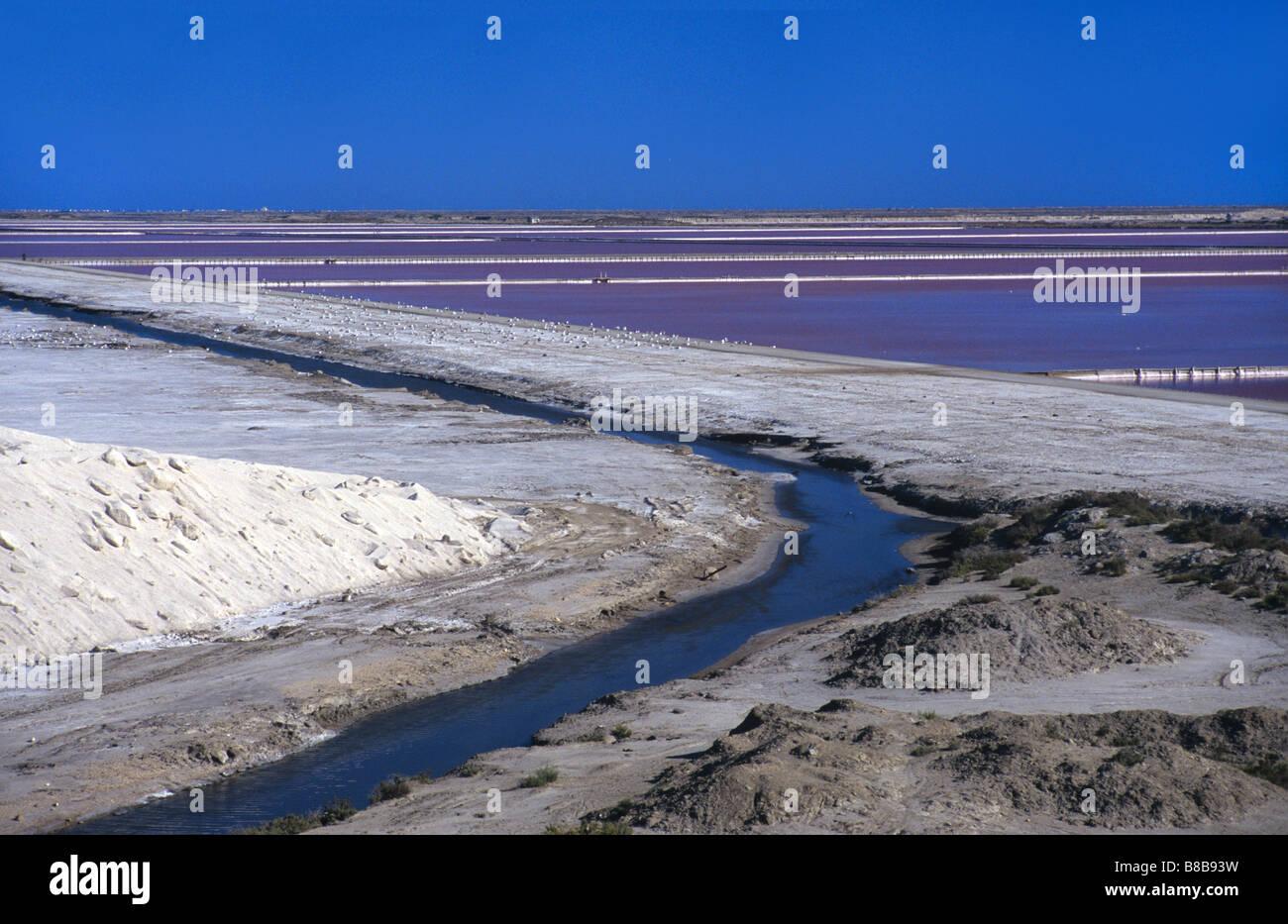 Salt Pans & montones de sal en las Salinas de Midi, los Salins du Midi, Camarga o Delta Ródano, Provenza, Imagen De Stock