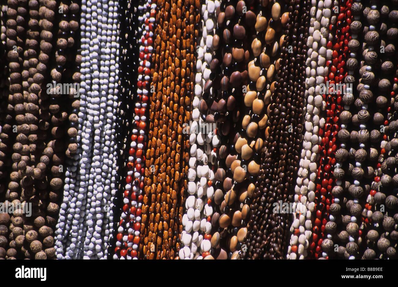 586fbc8eb175 Collares de semillas de la selva para su venta en el mercado de las brujas