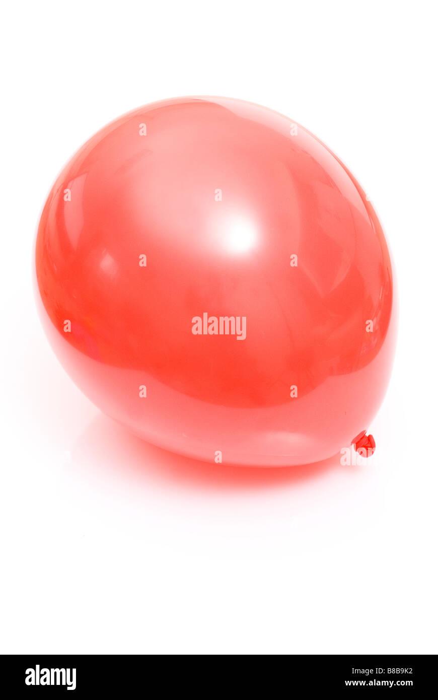Un solo corte globo rojo sobre fondo blanco Foto de stock