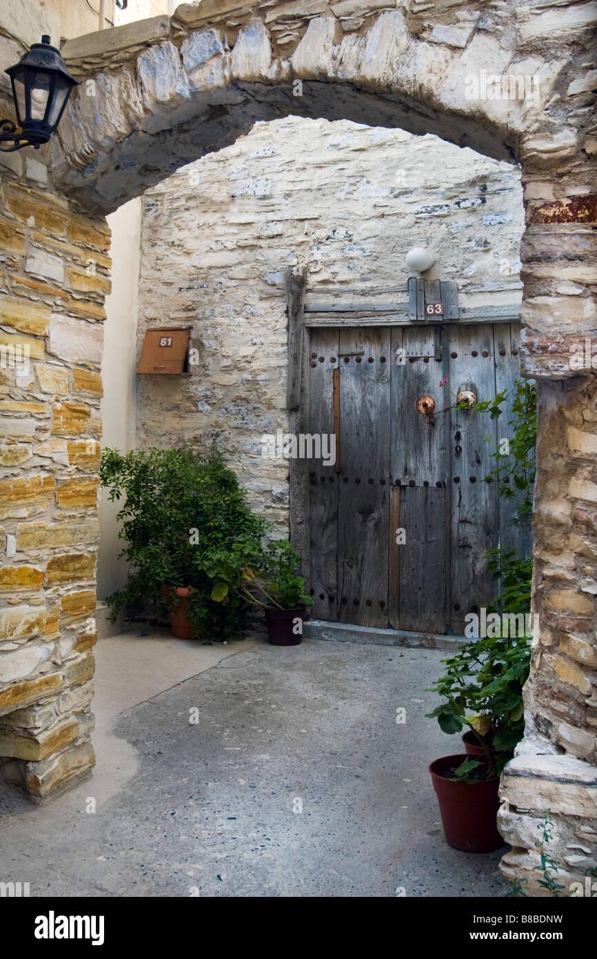 Antigua casa arco de entrada y la puerta de madera en la parte superior Lefkara, sur de Chipre. Foto de stock