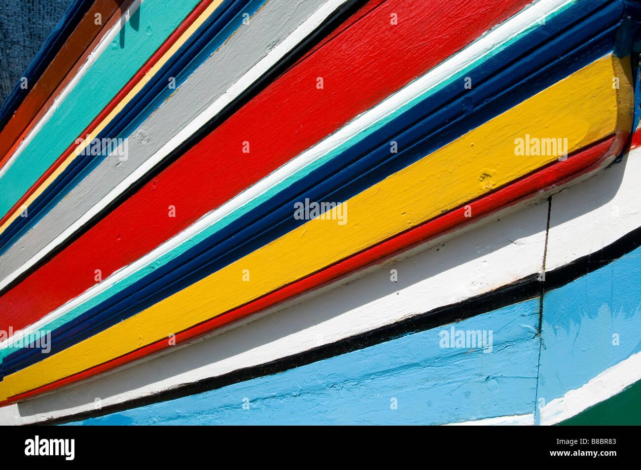 Coloridas barcas de pescadores tradicionales en Kelantan Malasia estos barcos de madera se hace por barco makers Imagen De Stock