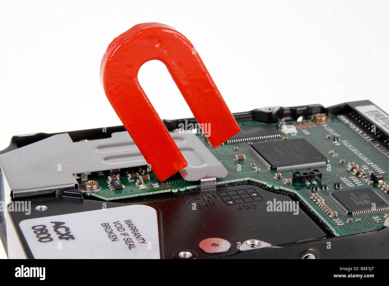 La destrucción de los datos en el disco duro del ordenador por magnet Foto de stock