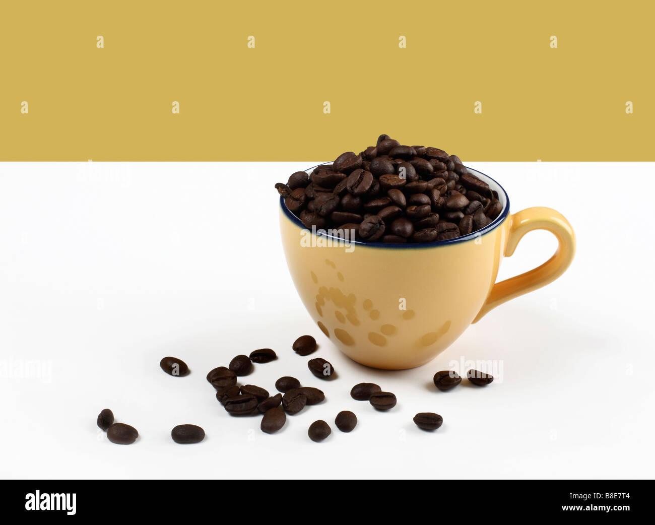Llena la taza de café con granos de café. Imagen De Stock