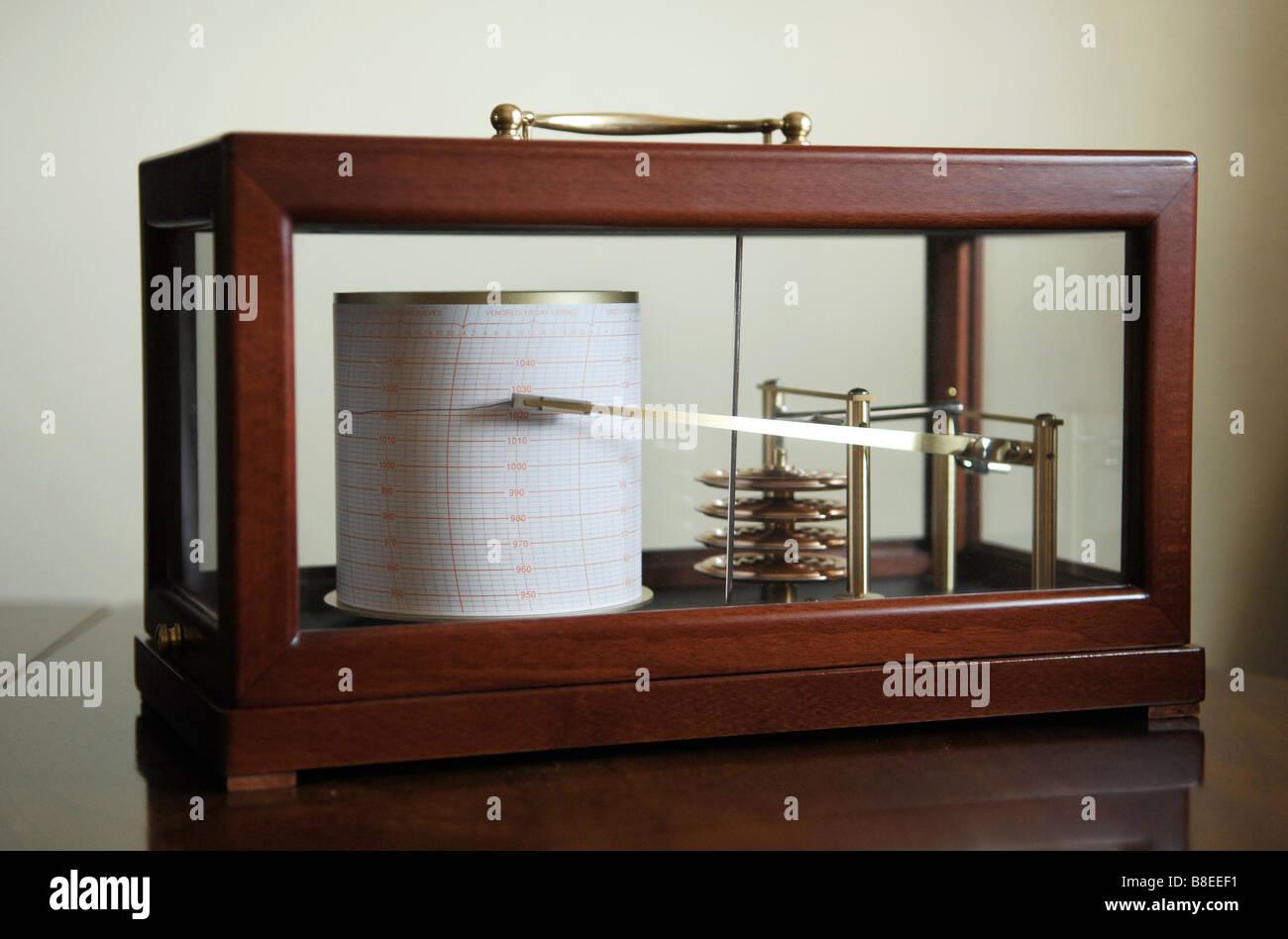 Un barogaph utilizados para las predicciones meteorológicas midiendo la presión barométrica Imagen De Stock