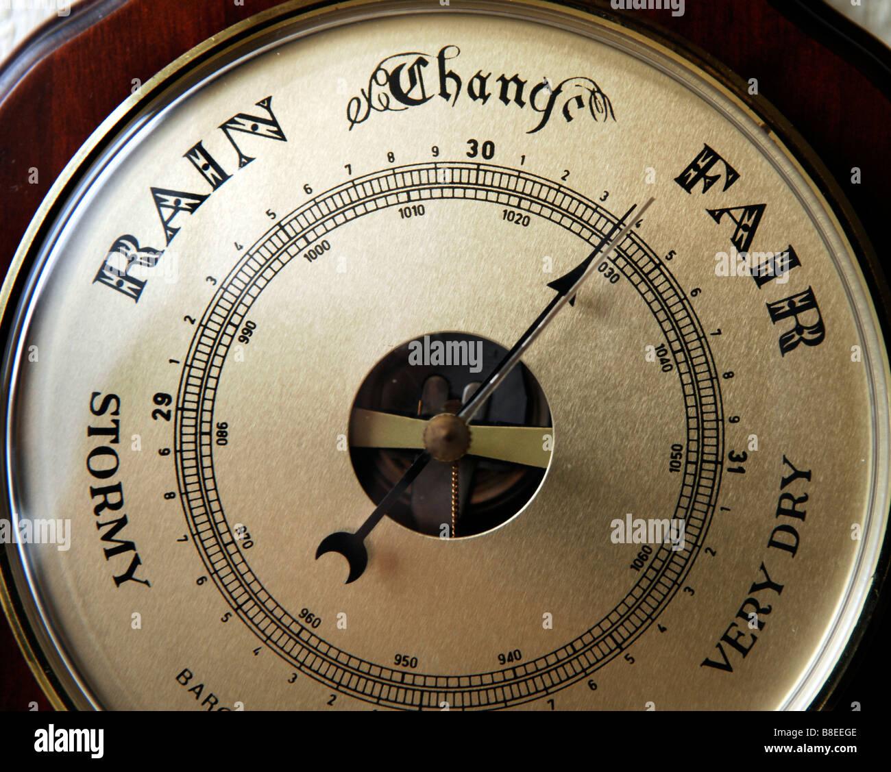 Un barómetro utilizado para las predicciones meteorológicas midiendo la presión barométrica Imagen De Stock