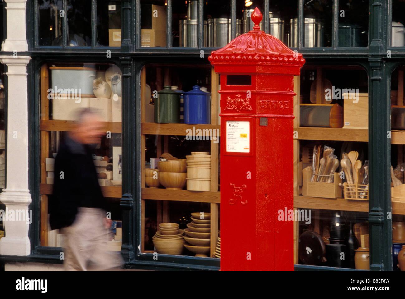 44ca72f945c09 Un hombre camina vigorosamente el pasado Trevor Mottram utensilios de  cocina tienda y un rojo letter