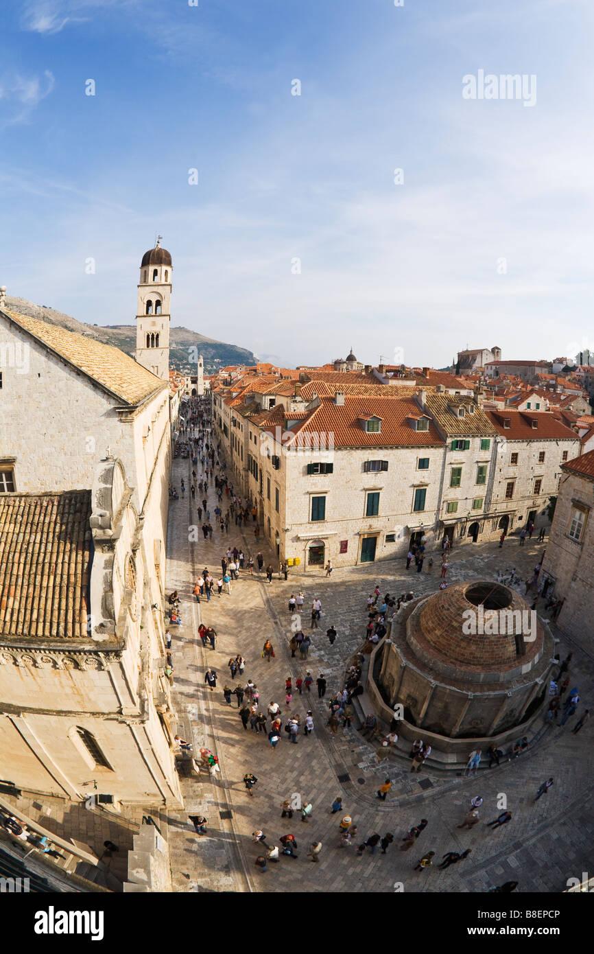 Vista desde las murallas de la ciudad con la gran fuente de Onofrio, el Monasterio Franciscano y Stradun Campanario en el casco antiguo de Dubrovnik, la Unesco Foto de stock