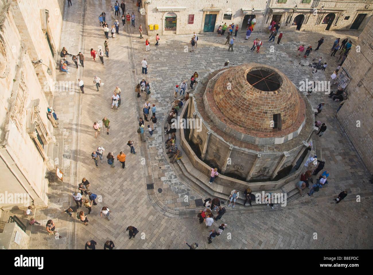 Gran fuente de Onofrio y Stradun desde las murallas de la ciudad Dubrovnik Croacia Foto de stock