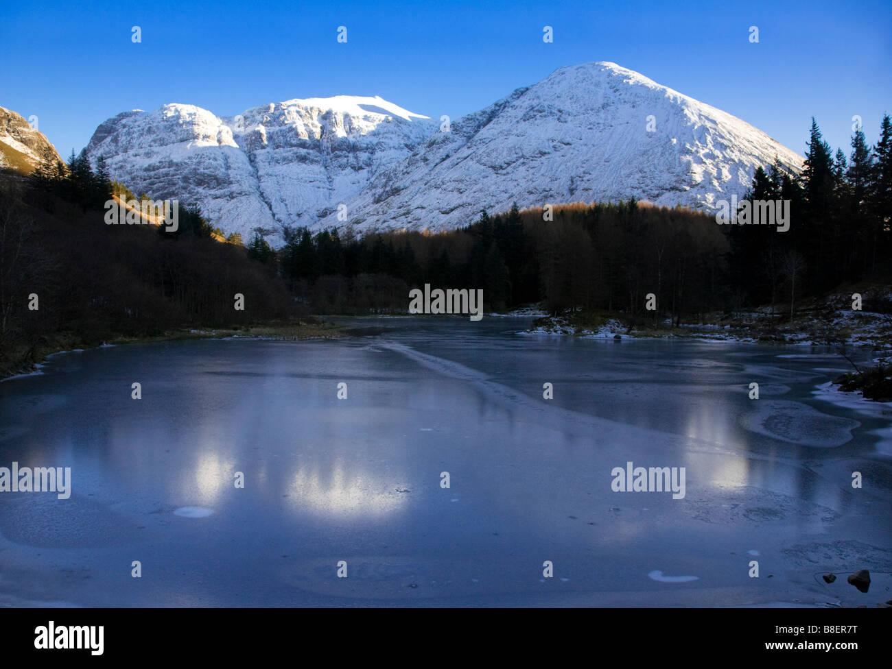 Una cubierta de nieve Bidean nam Bian y Lochan congelada en invierno, de Glen Coe, Lochaber, Escocia. Foto de stock