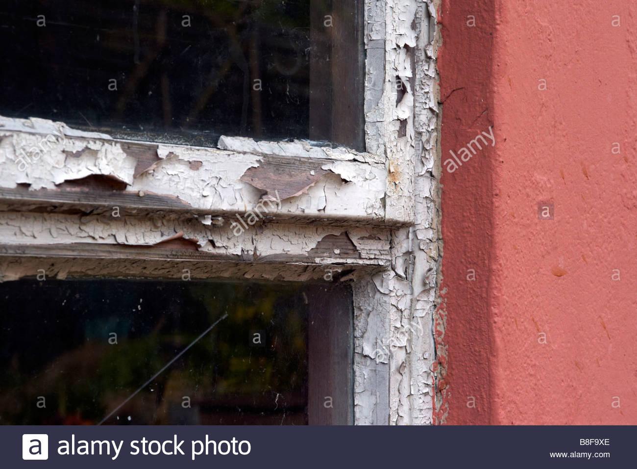 Marco de ventana pudriéndose con escamas de pintura blanca y madera ...