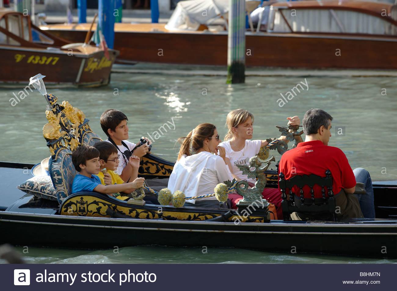 Familia en una góndola, Venecia Italia Imagen De Stock