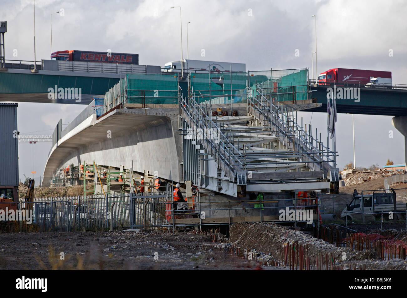 """Incrementalmente lanzó """"Thurrock Viaducto empuja debajo de la autopista M25 por enormes gatos hidráulicos en el Channel Tunnel Rail Link Foto de stock"""