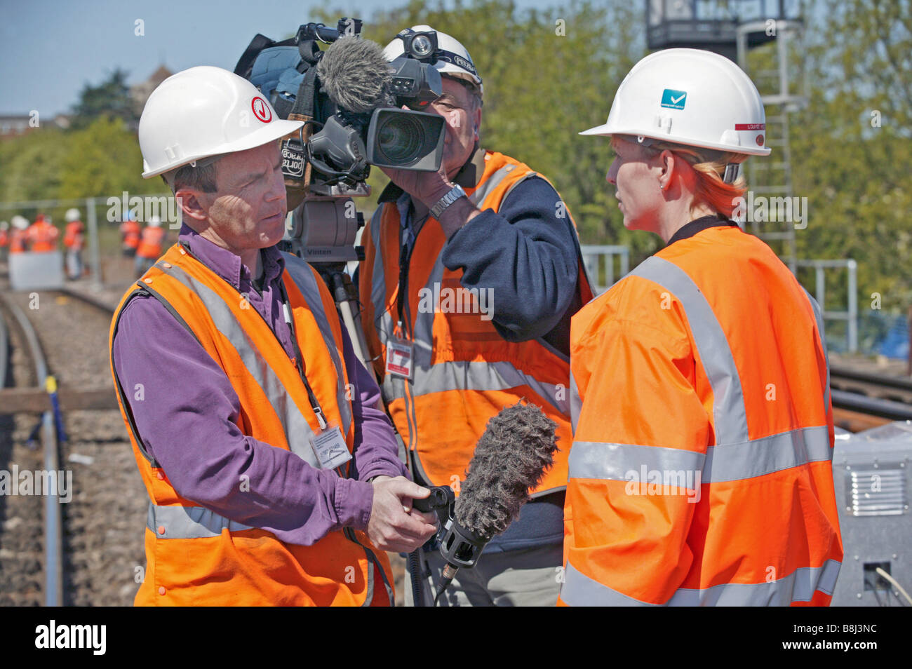 Entrevistada ingeniero in situ por un equipo de televisión durante un evento importante de construcción en el enlace ferroviario del Túnel del Canal. Foto de stock