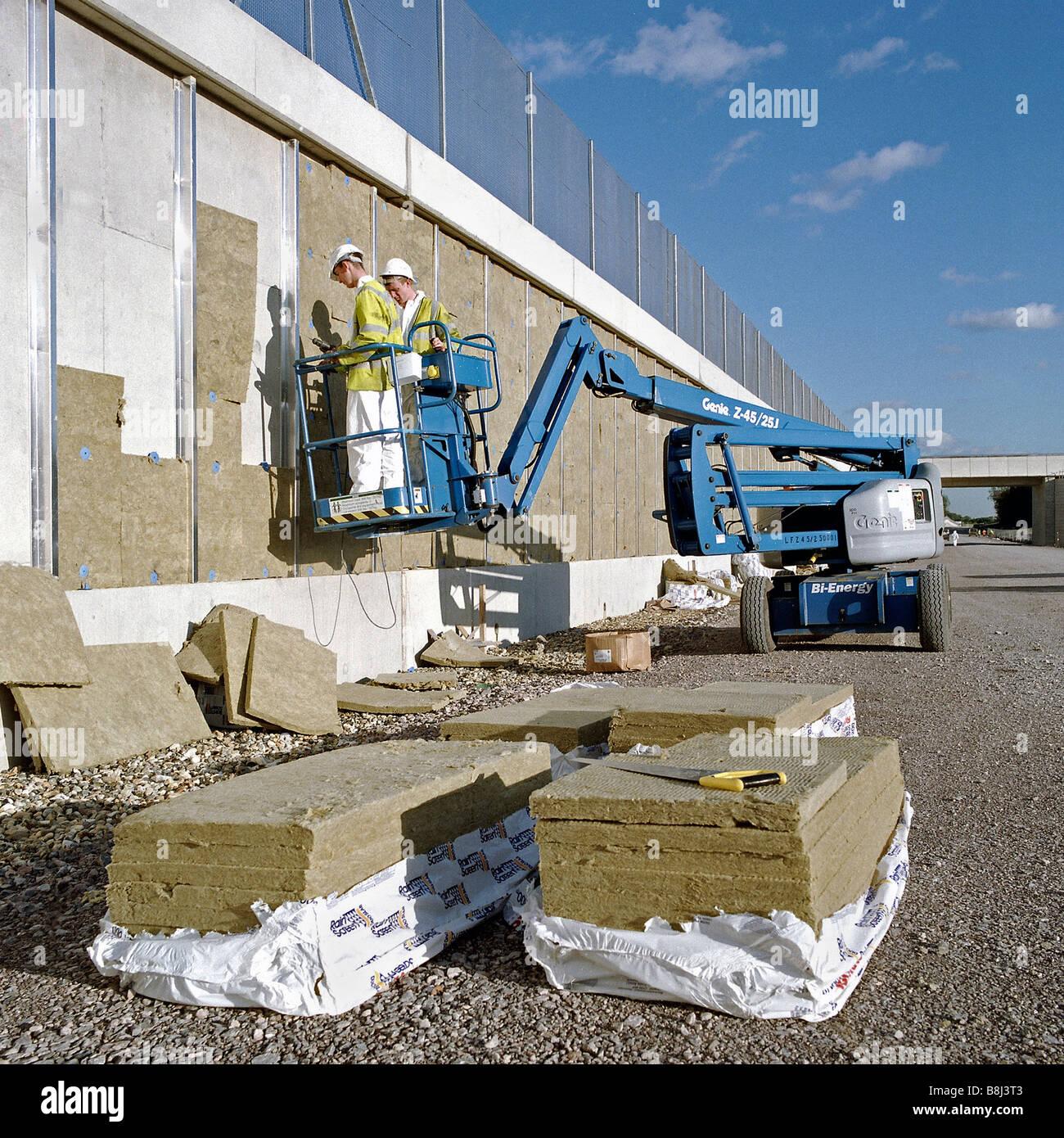 Instalación de material de insonorización para reducir los niveles de ruido de trenes a lo largo de la ruta del Channel Tunnel Rail Link. Foto de stock