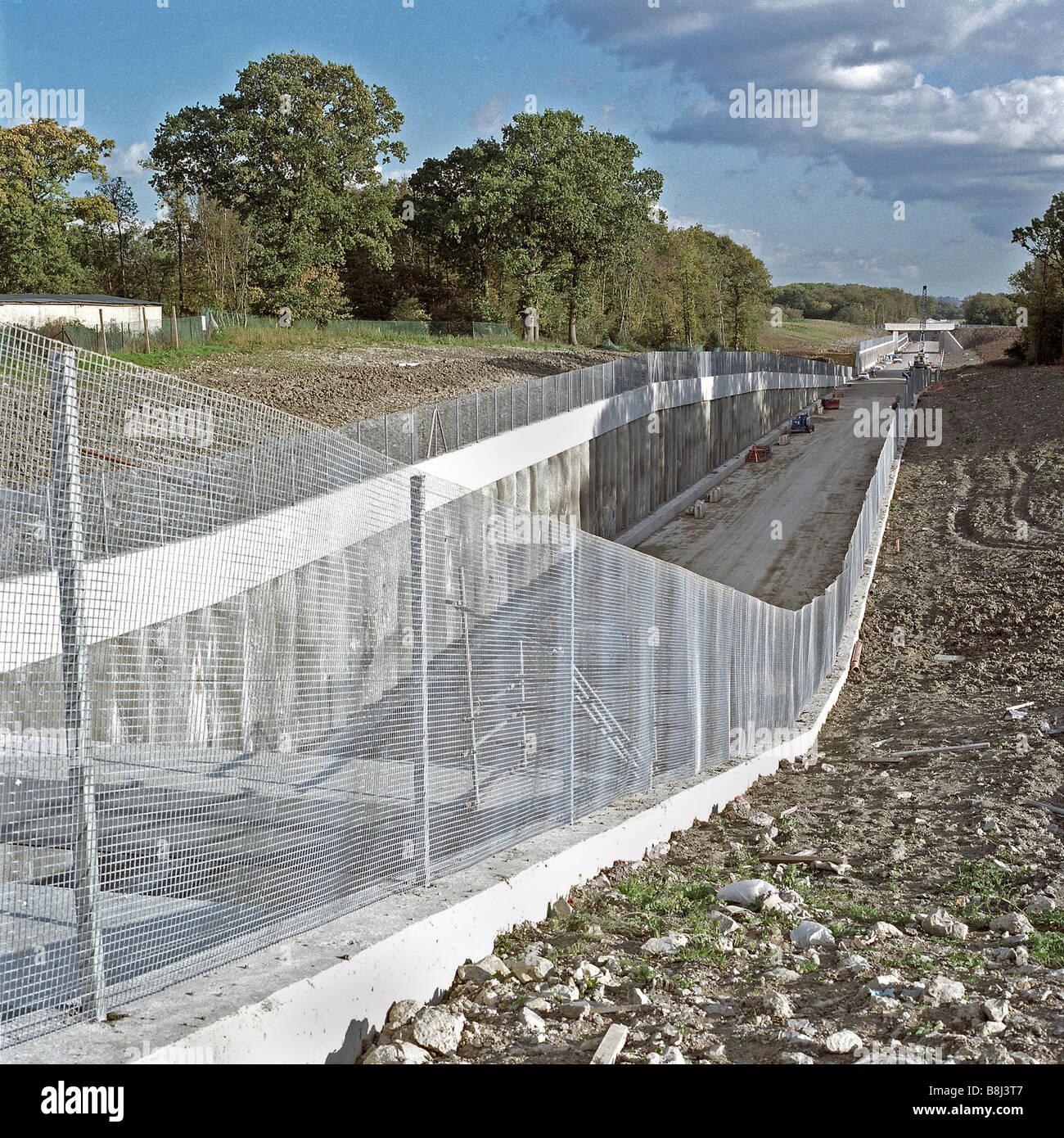 Instalación de vallas de seguridad diseñado para disuadir a los intrusos y vándalos a lo largo de la ruta del Channel Tunnel Rail Link . Foto de stock