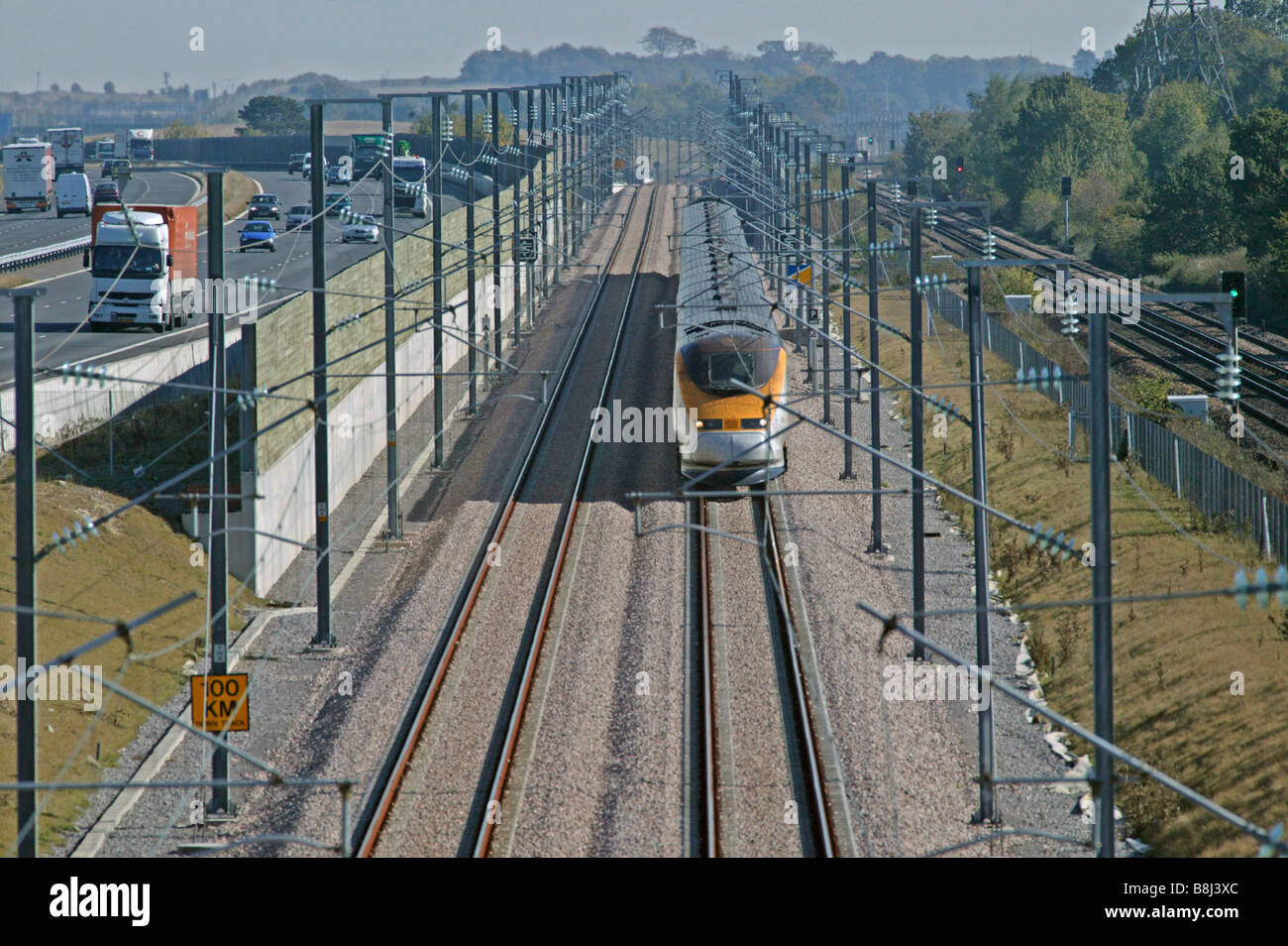 """Velocidades de Eurostar a través de un punto de anclaje """"congestionados"""" con la autopista M20 y la línea de ferrocarril nacional en el enlace ferroviario del Túnel del Canal. Foto de stock"""