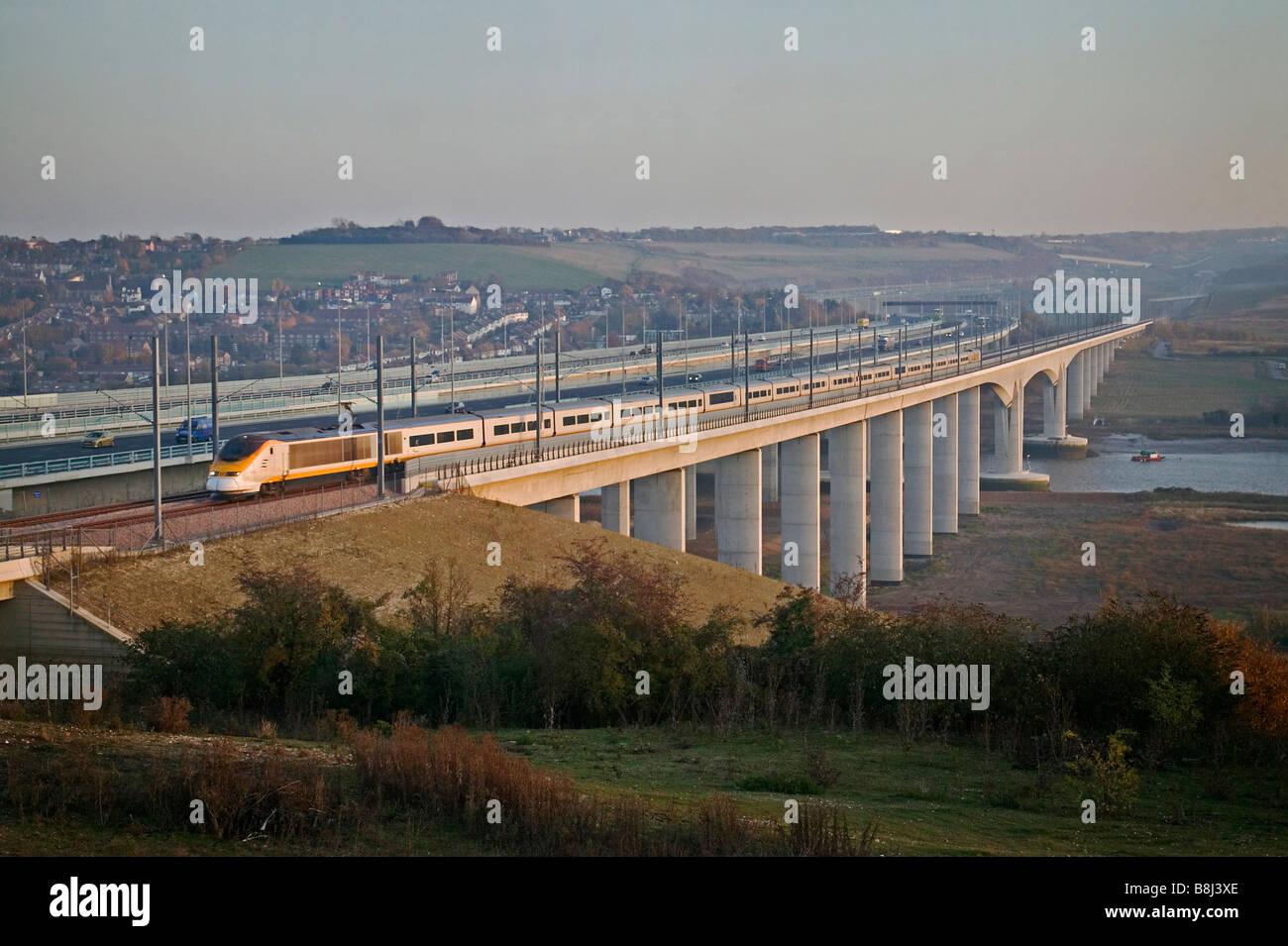 Tren de alta velocidad Eurostar cruza el Medway viaducto en otoño Sol Camino a St Pancras en el enlace ferroviario del Túnel del Canal. Foto de stock