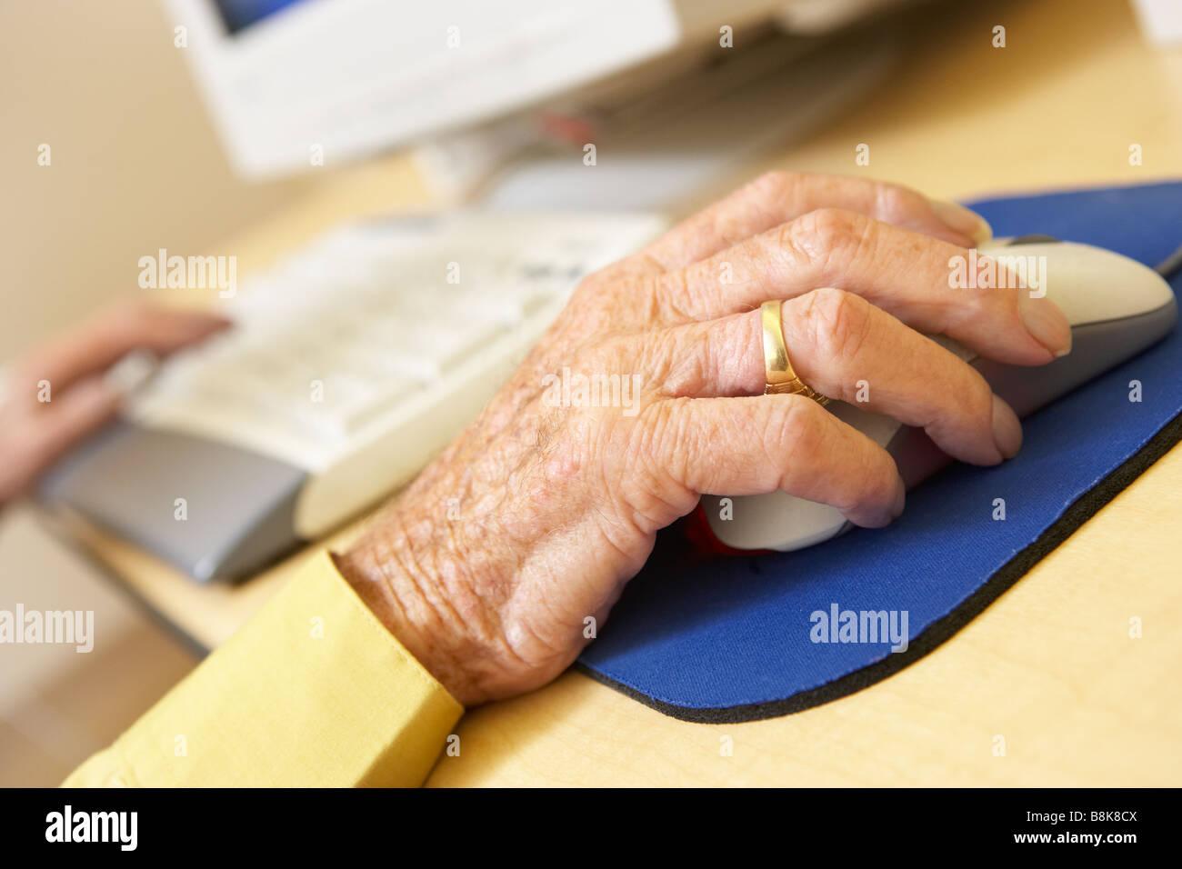 La persona utilizando el ordenador Foto de stock