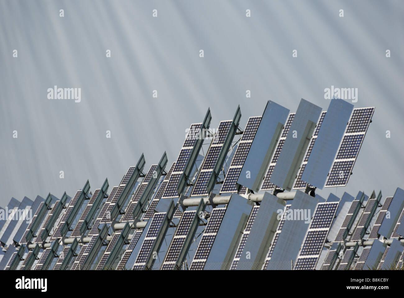 Solúcar planta de energía fotovoltaica de concentración unidades tracker que producen limpio desde Imagen De Stock