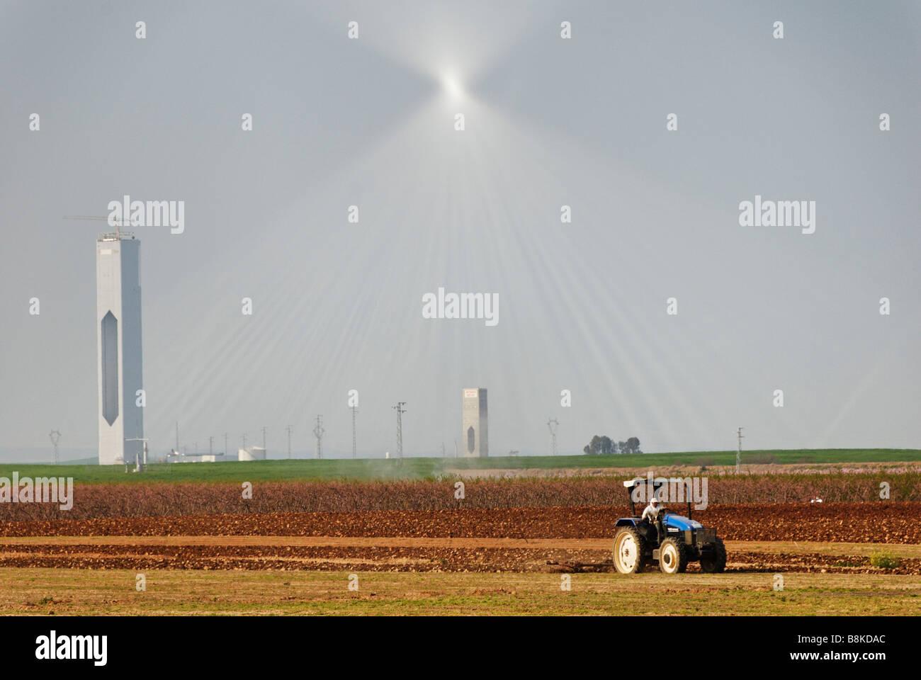 La torre solar PS20 en construcción de plantas de energía termoeléctrica producirá energía Imagen De Stock