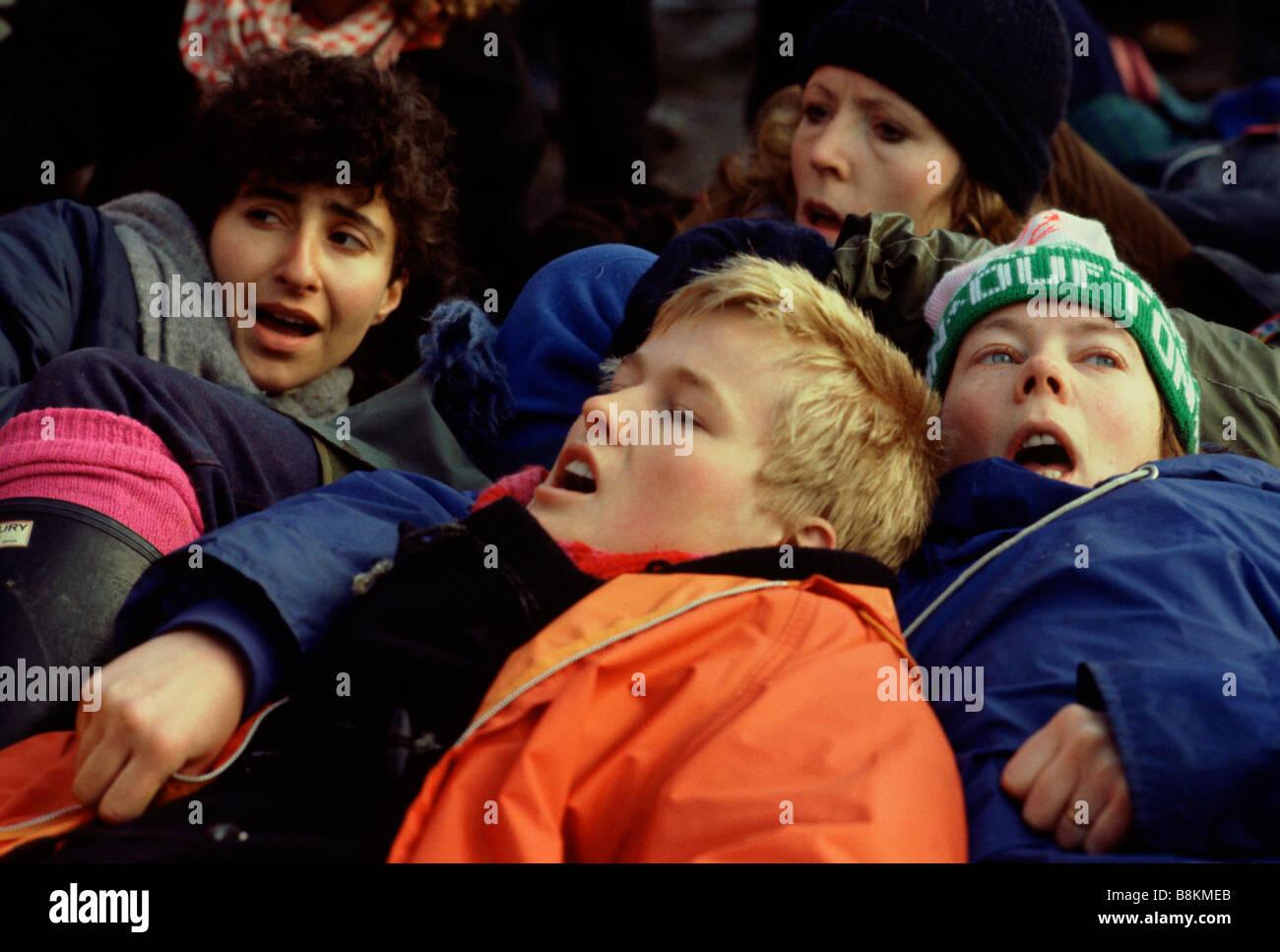 Greenham Berkshire Reino Unido el 13 de diciembre de 1982, los manifestantes en el Greenham Common Women's Peace Imagen De Stock