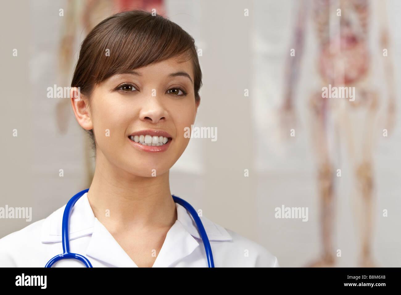 Una enfermera muy joven con un estetoscopio disparo en un hospital ...