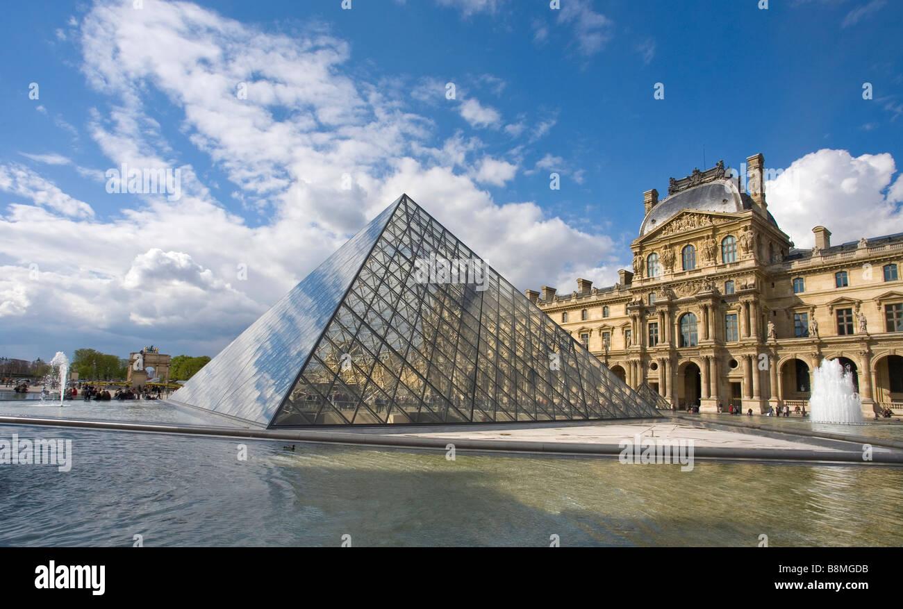 Fuentes Pyramide y exterior del Musee du Louvre Paris Francia Europa Foto de stock