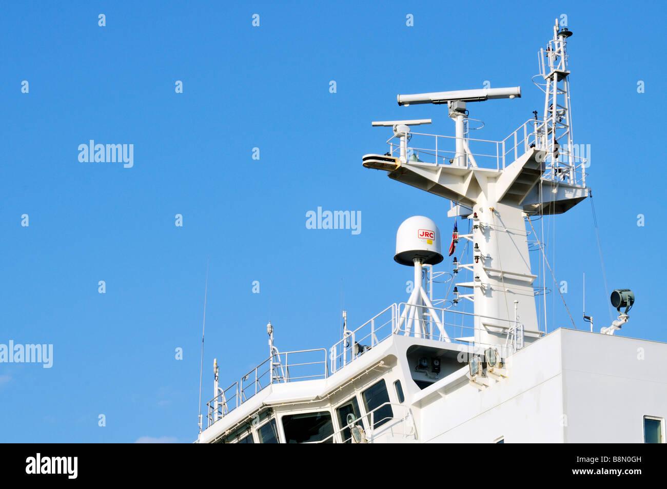 Patrulleras y Guardacostas - Página 9 Electronica-del-barco-en-el-exterior-del-puente-con-radar-y-satelite-contra-el-equipo-de-comunicaciones-clear-blue-sky-b8n0gh
