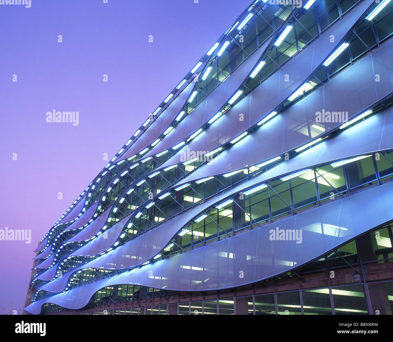 Exterior de aparcamiento en penumbra atardecer noche Bahía de Cardiff Cardiff Gales del Sur UK Imagen De Stock