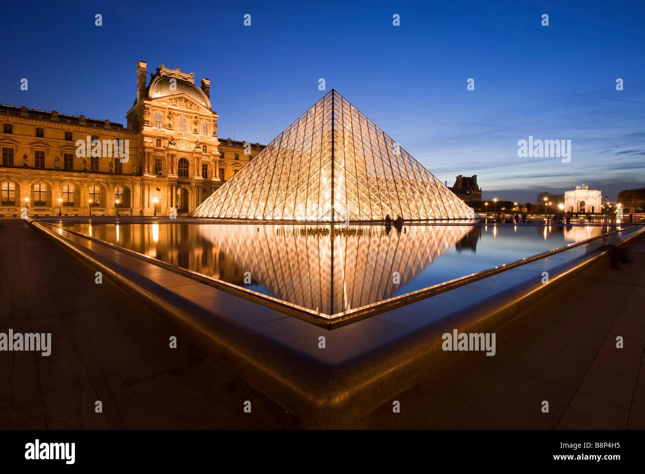 Al anochecer, el Museo del Louvre París Francia Foto de stock
