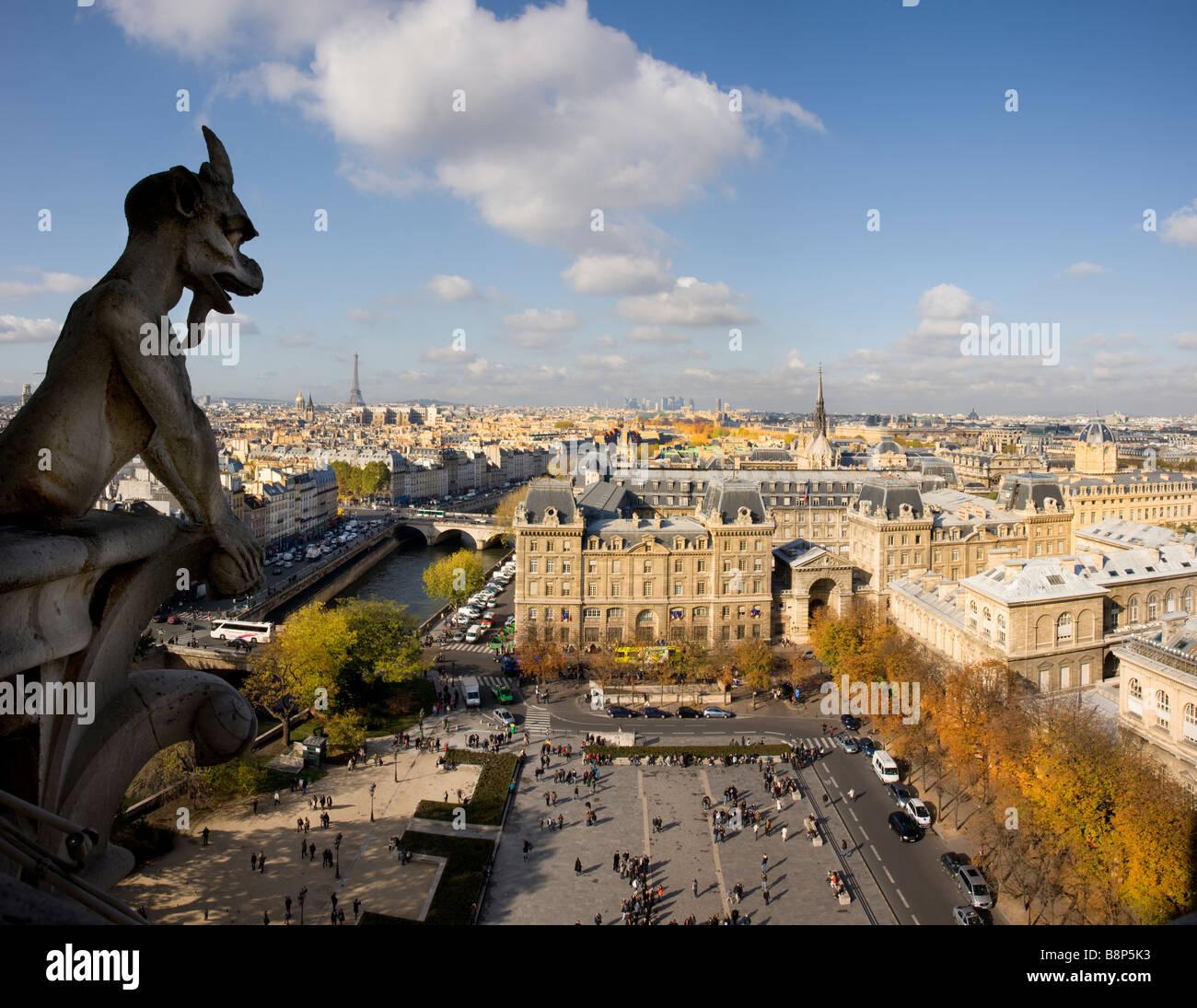 Torre Eiffel vista desde la parte superior de la catedral de Notre Dame en París Francia Imagen De Stock