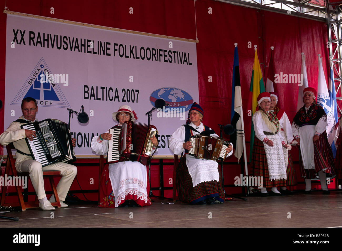 Estonia, Tallinn, Raekoja Plats, mujeres vistiendo ropas tradicionales, báltica 2007 festival de folklore Imagen De Stock