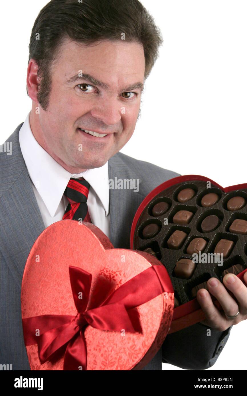 Closeup Retrato De Un Guapo Bien Vestidos Hombre Sujetando Una Caja