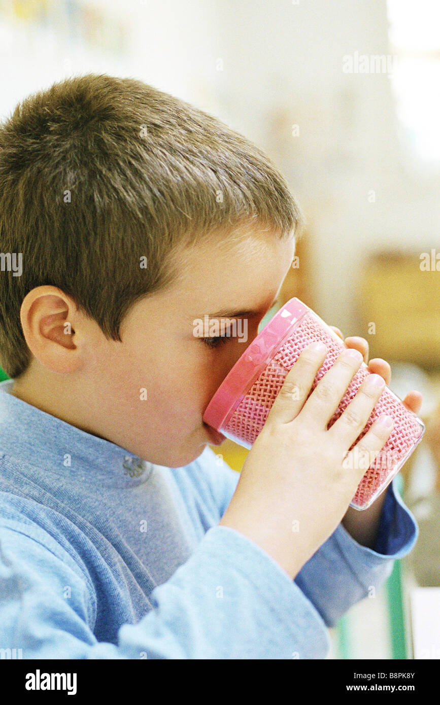 7401dc531e630 Drinking From Plastic Cup Imágenes De Stock   Drinking From Plastic ...