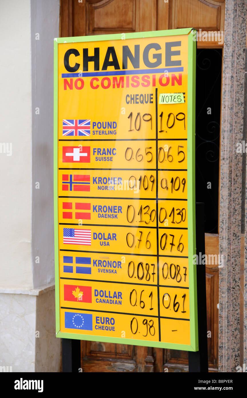 Lista de los tipos de cambio de dinero en una placa fuera de oficina listado la tasa de cambio de moneda Foto de stock