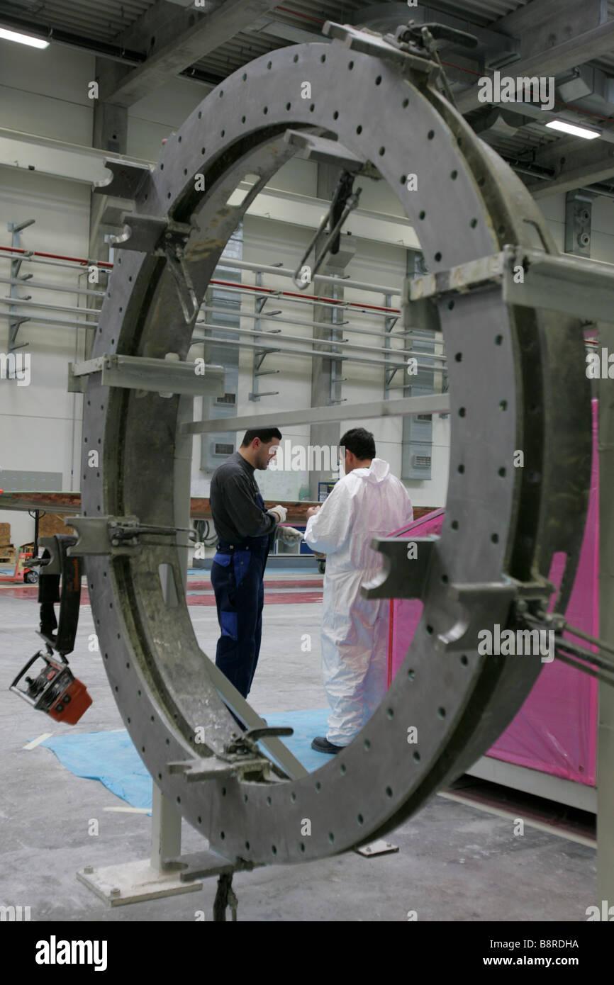 Los trabajadores de la fábrica de turbinas eólicas VentoMoinho en Viana do Castelo, Portugal. Imagen De Stock