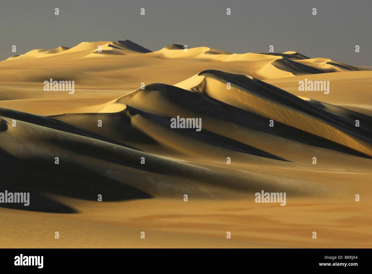 Dunas en el desierto blanco en luz del atardecer, Egipto, Desierto Blanco National Park Imagen De Stock