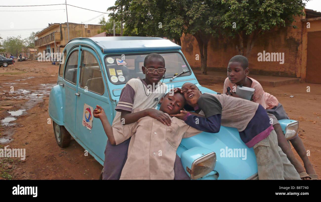 Los muchachos jugando en un coche Foto de stock