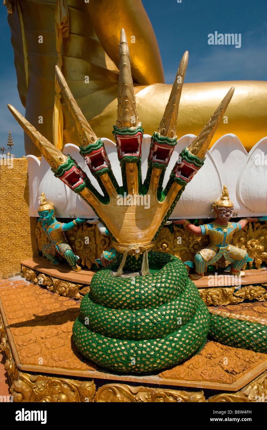 El Templo Cueva del Tigre: estatua de Buda Decoraciones Imagen De Stock