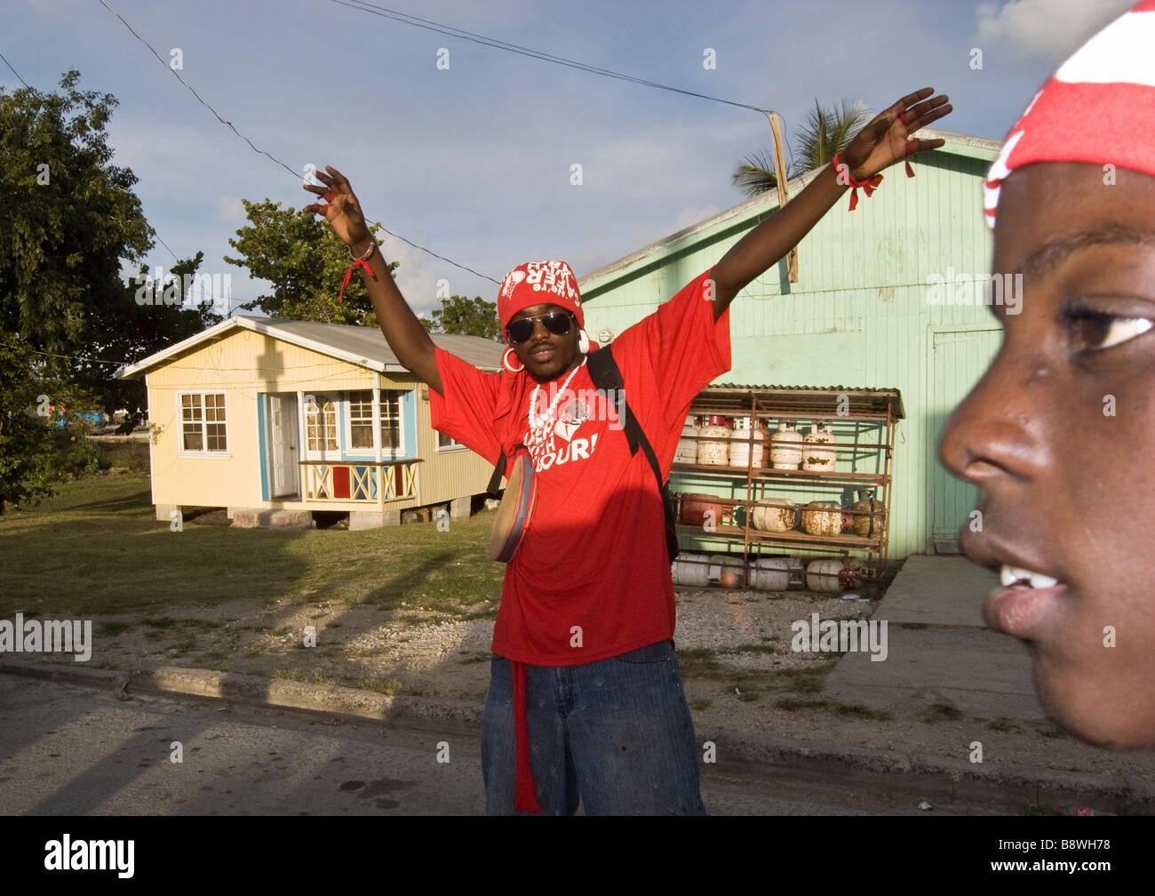 Los partidarios del Partido Laborista de Antigua en su camino a un mitin político del partido Antigua Imagen De Stock