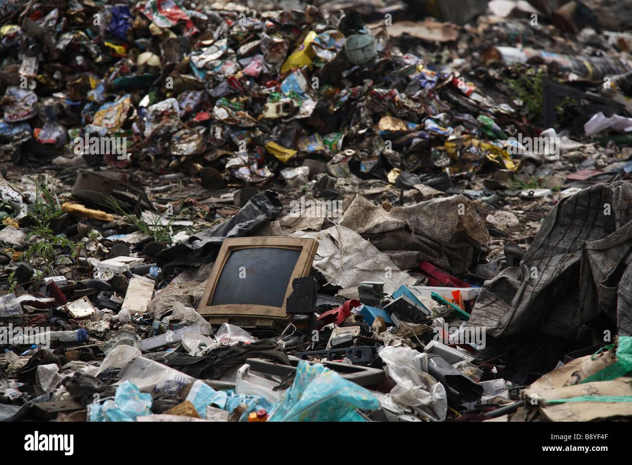 La basura general y los residuos electrónicos en Olusosum vertedero en Lagos, Nigeria. Imagen De Stock