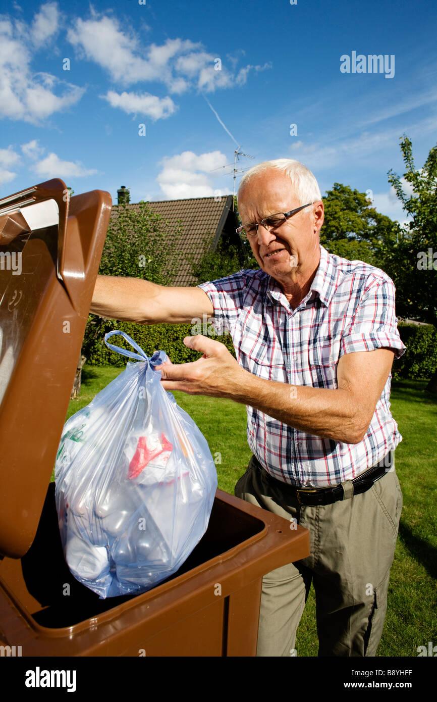 Hombre tirar la basura Fotografía de stock Alamy