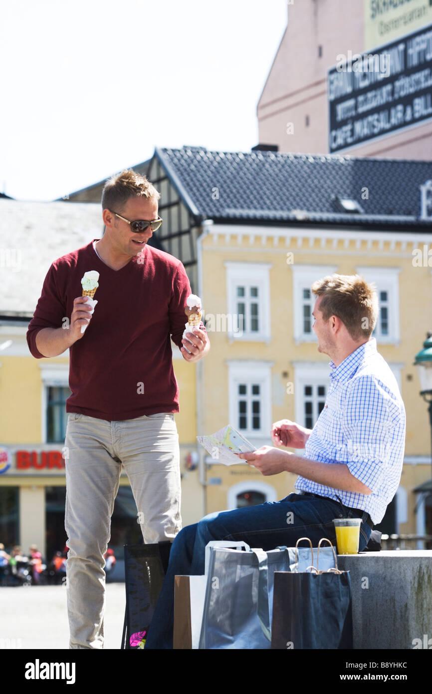 Dos hombres con helados en Malmo, Suecia. Foto de stock
