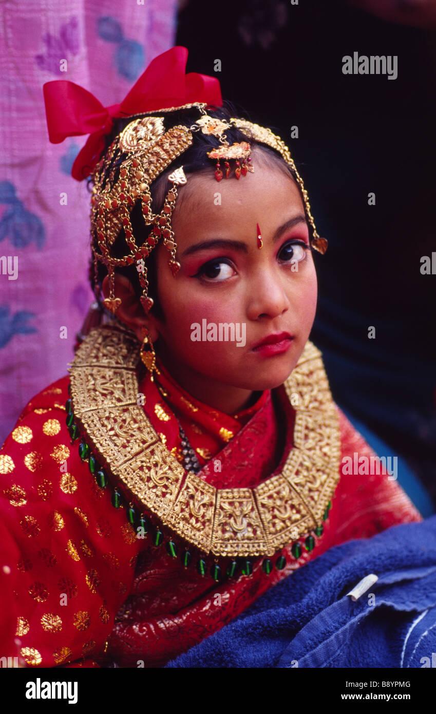 Matrimonio In Nepal : Una niña newar en ihi ritual bel matrimonio bhaktapur nepal foto