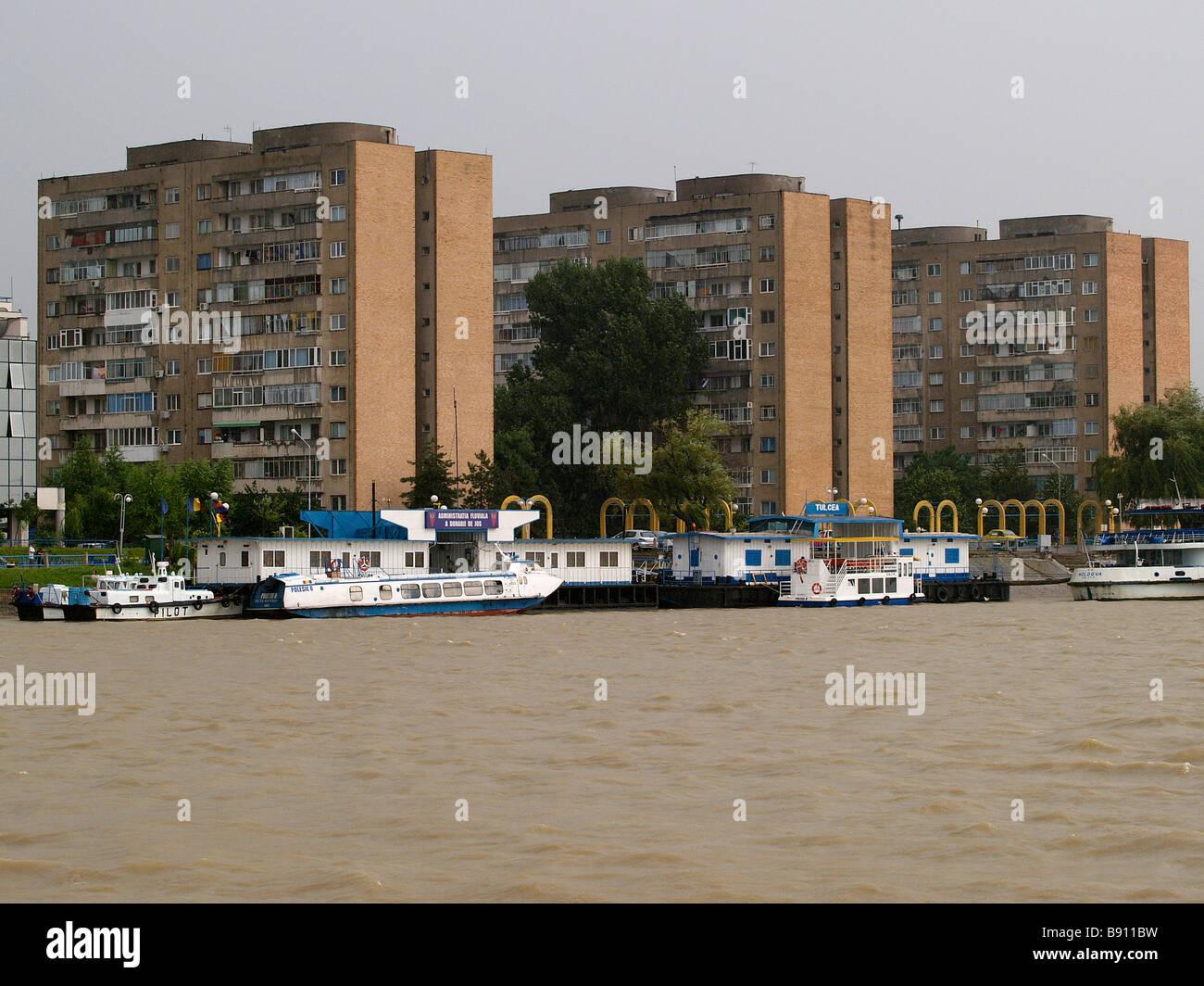Europa Rumania Tulcea apartmentbuildings en la orilla del río Danubio Foto de stock